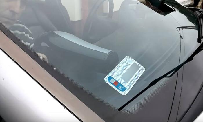 Jak przykleić naklejkę rejestracyjną na szybie samochodu?